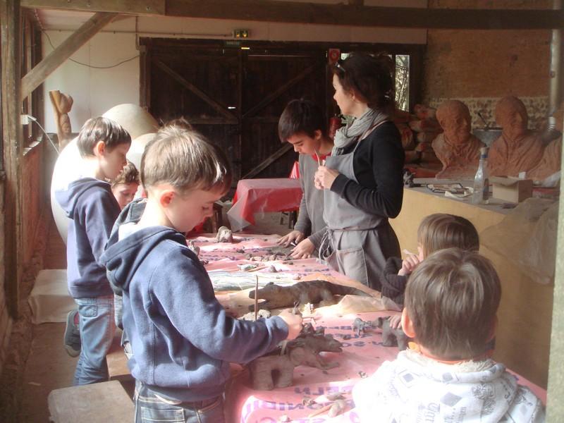 Plusieurs enfants s'attelant à la réalisation d'une œuvre commune