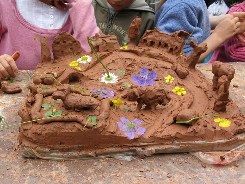 Sculpture en terre cuite fraîchement réalisée par un visiteur du château de Bois-guilbert