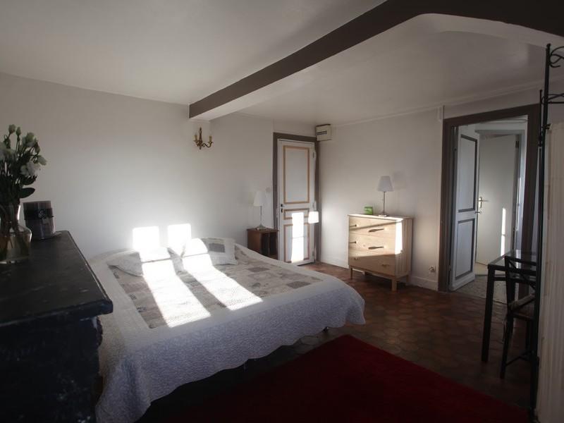 Photographie en couleurs d'une chambre présente au sein du château de Bois-Guilbert