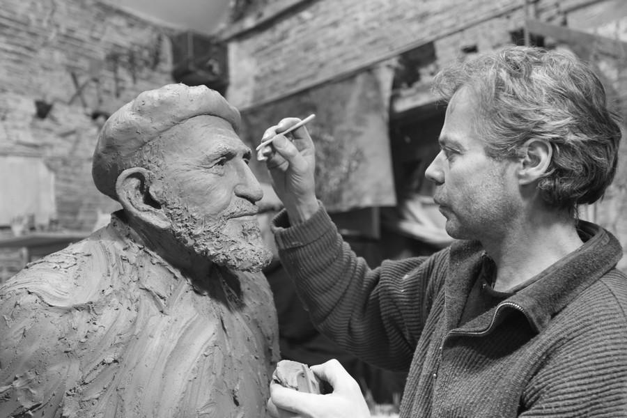 Jean-Marc de Pas sculptant un visage ressemblant à celui de Fidel Castro