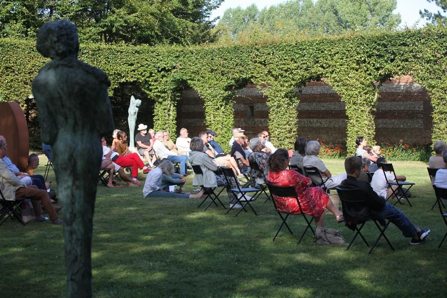 Groupe de personne profitant des expositions en plein air proposés par le château de Bois-Guilbert