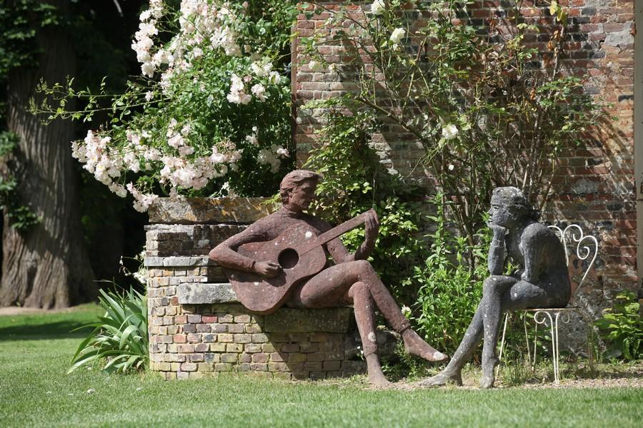 Deux statues face à face dans les jardins du château de Bois-Guilbert