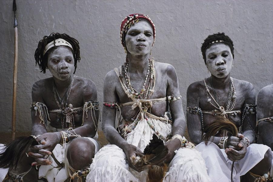 Groupe de femmes noires en tenue traditionnelle