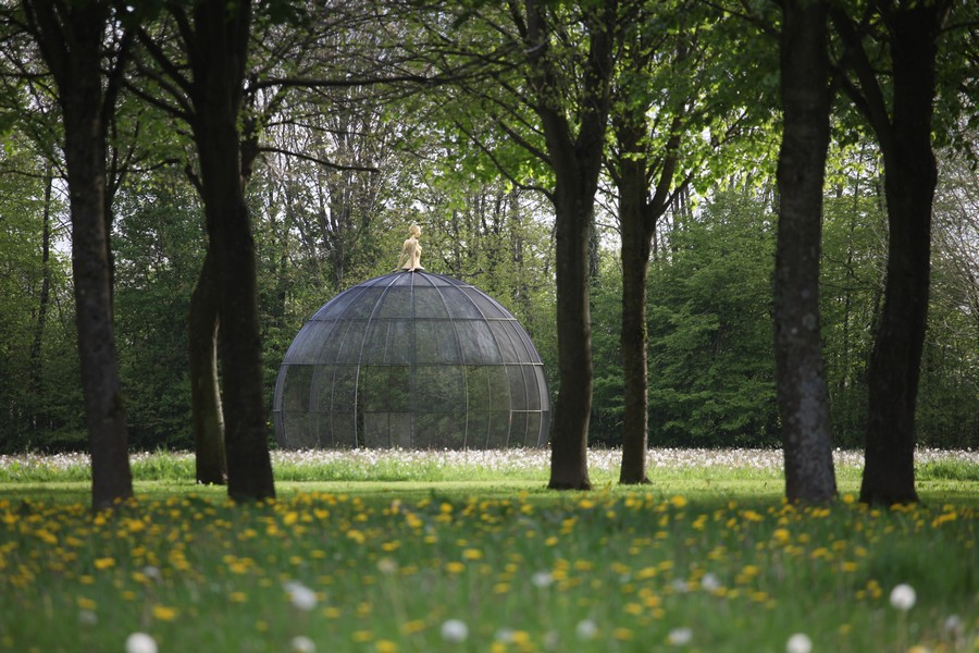 Photographie d'un dôme de verre posé dans les jardins du château de Bois-Guilbert