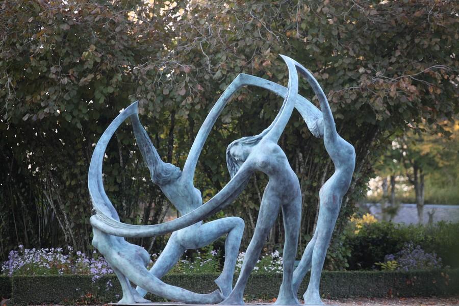 Sculpture représentant quatre femmes se tenant par la main